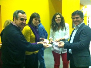Cuatro personas intercambiando tarjetas de visita en el networking del CATS_MAD 3