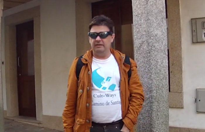 Enrique Varela con camiseta del logo de Cultways