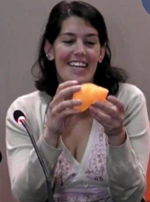 Lucía Zumárraga recibiendo la caracola 3d