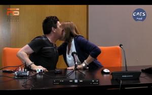 Enrique Varela, a la izquierda y Cristina Rodríguez en el beso del homenaje.