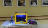 Impresora Witbox con materiales a los lados y el inevitable bote de laca.