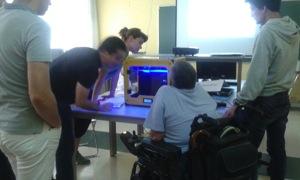 La impresora Witbox en medio de las personas asistentes al taller