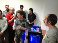 Enrique Varela y la bq Witbox. Enrique explica diversos aspectos de la impresión 3D en el taller