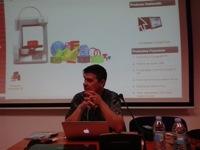 Enrique Varela con su ordenador en el taller