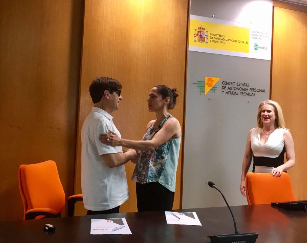 De izquierda a derecha, Enrique Varela, Estefanía de Régil y celia Romero en la firma del convenio