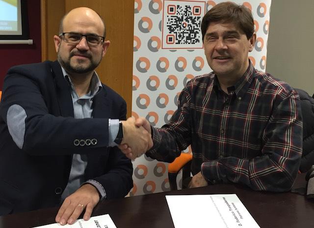 Juan Antonio Cebollada, INSUIT a la izquierda y Enrique Varela, funteso a la derecha, en la firma del convenio de colaboración