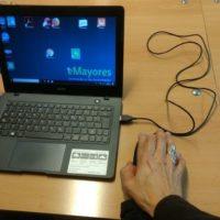 Pantalla de ordenador y una mano