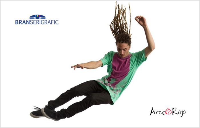 Imagen- composición, chico que salta junto a los logos de Branserigrafic y Arce Rojo