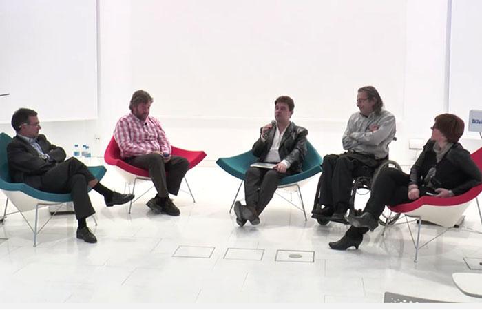 Varios contertulios hablando sobre la Responsabilidad Social Tecnológica (RST)