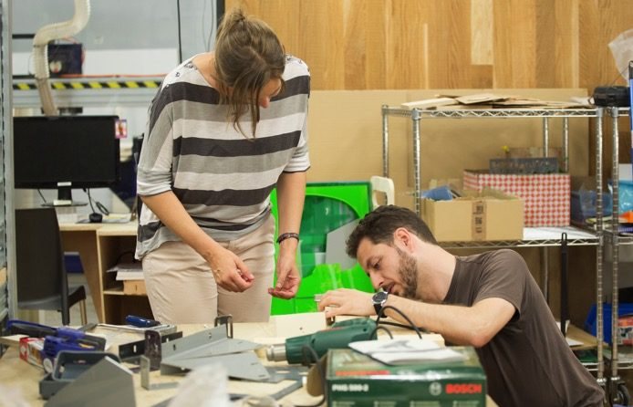 Vista del taller, trabajando con aparatos