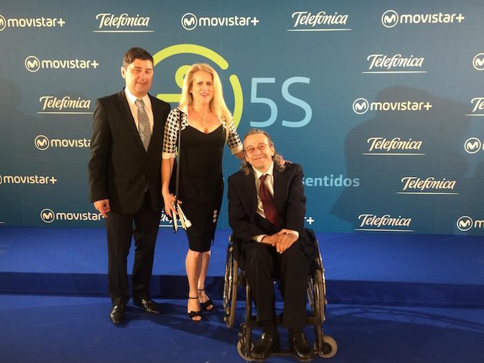 De izquierda a derecha: Enrique Varela, Celia Romero y Juan Carlos Ramiro. Fondo de TELEFONICA Movistar + 5s