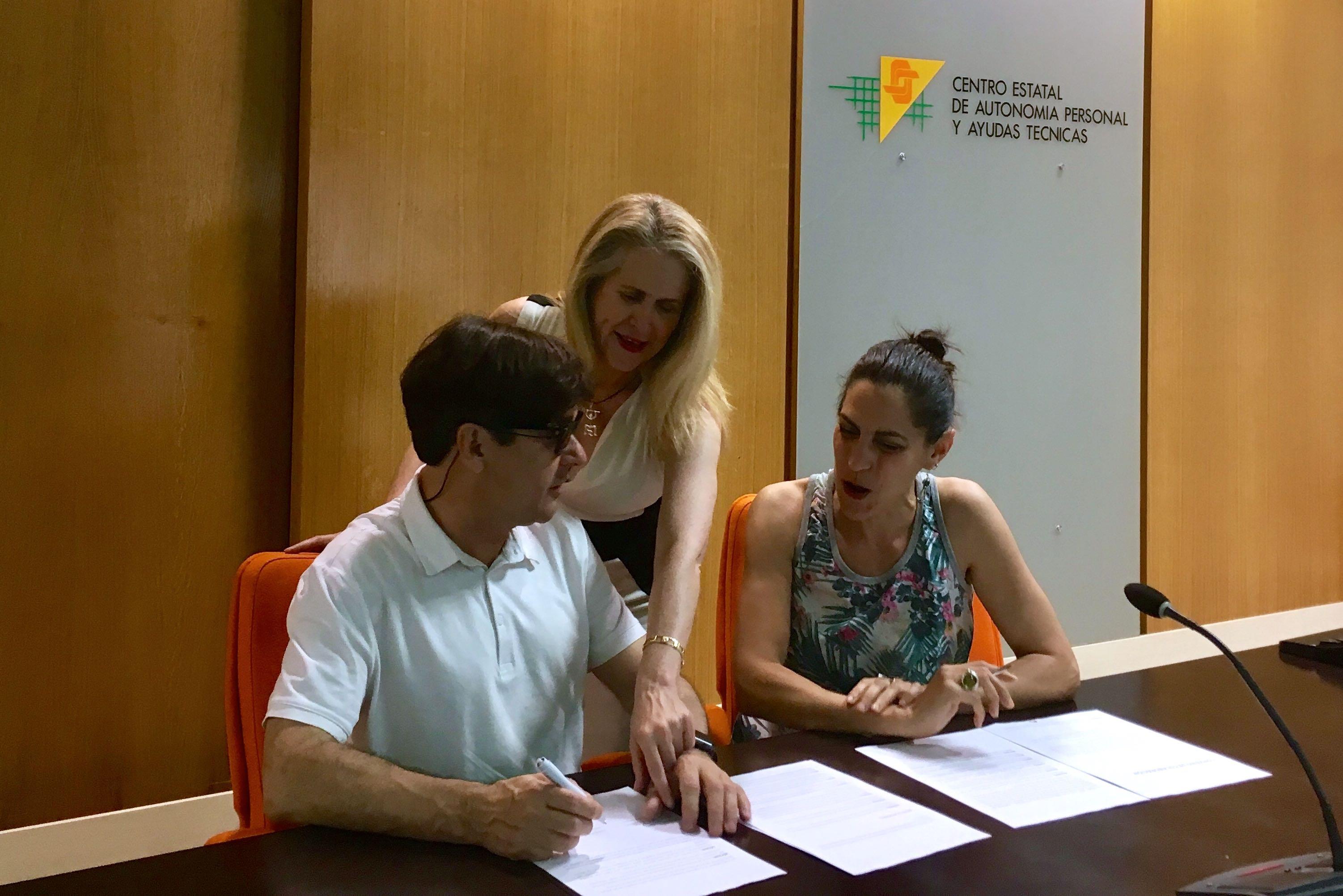 De izquierda a derecha, Enrique Varela, Celia Romero y Estefanía de Régil en la firma del convenio